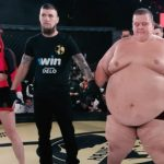 VIDEO: MMA bizár zRuska, kde je možné všetko. Ženská bojovníčka dala TKO mužovi, ktorý váži 240 kg!